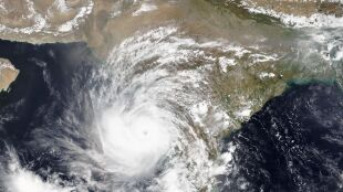 Cyklon Tauktae przynosi pierwsze ofiary śmiertelne w Indiach. Tysiące ewakuowanych