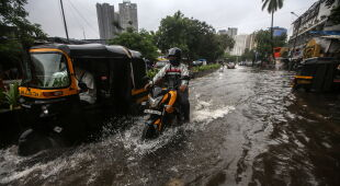 Pora monsunowa w Indiach (PAP/EPA/DIVYAKANT SOLANKI)